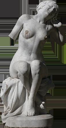 Estátua de mulher sentada a espreguiçar-se.