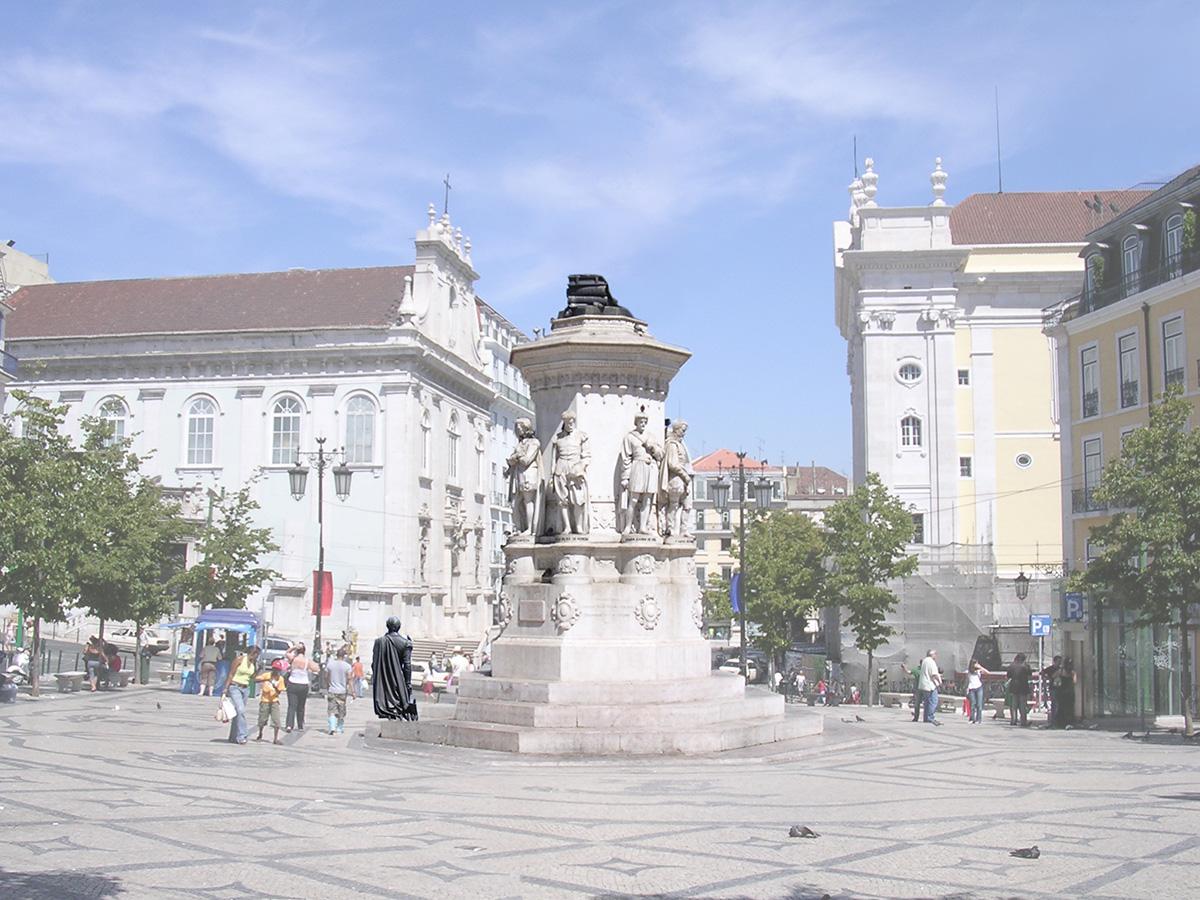 Camões desceu do pedestal e atravessa o largo em direcção ao Largo do Chiado.