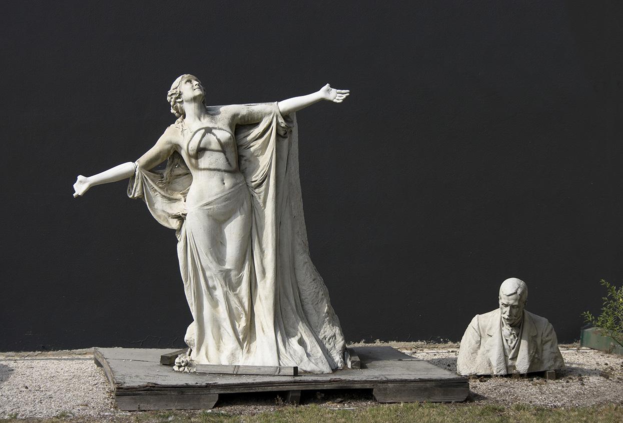 Estátua original de Eça de Queiroz no Museu da Cidade, em partes e ainda com marcas de vandalismo.