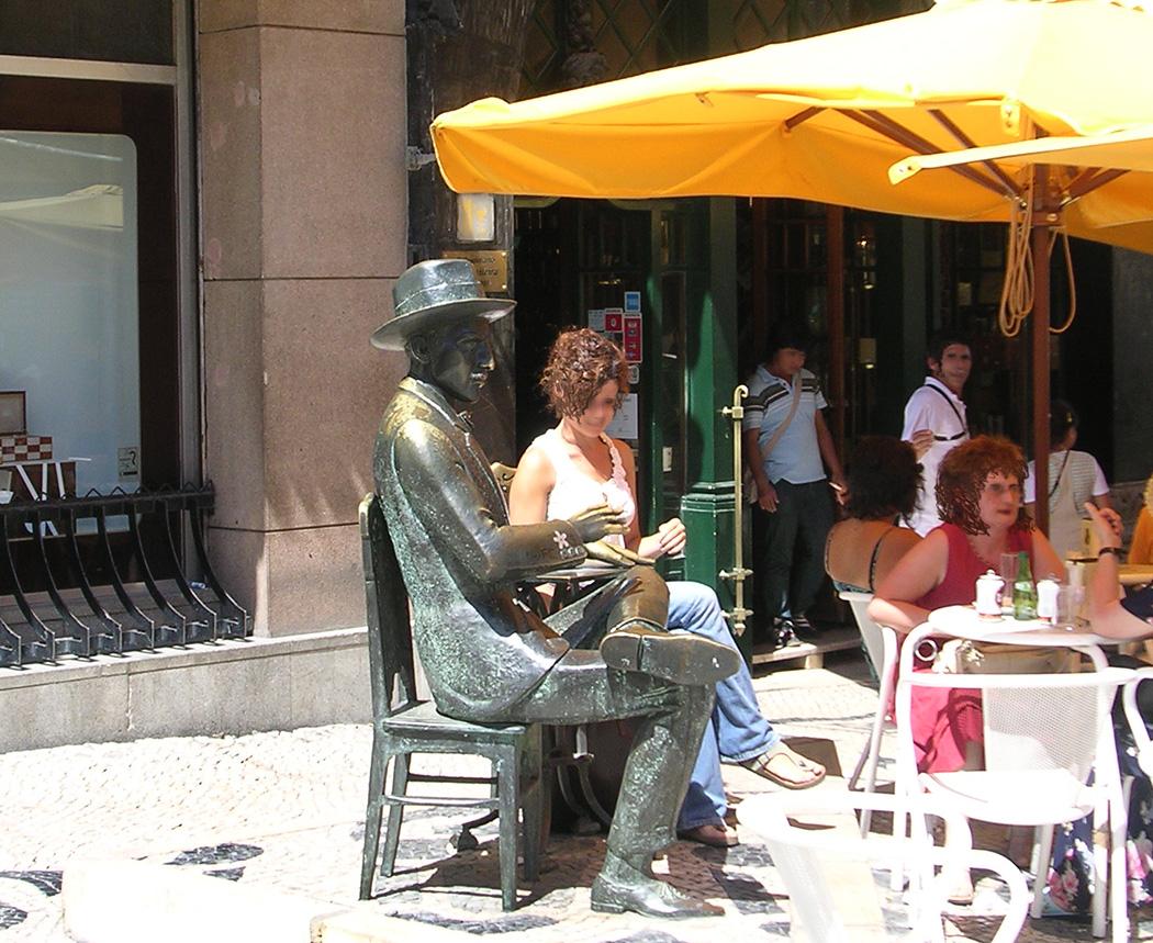 Estátua de Fernando Pessoa na esplanada da Brasileira