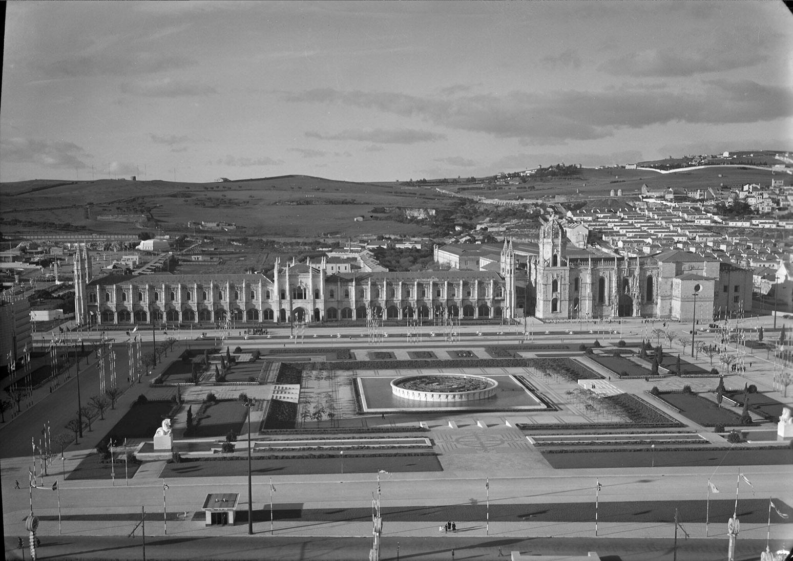 Vista aerea da Praça do Império com o Mosteiro dos Jerónimos ao fundo.