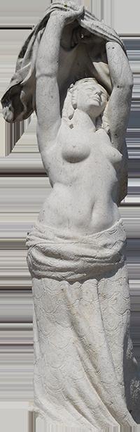 Estátua de mulher segurando roupa por cima da cabeça (Luísa).