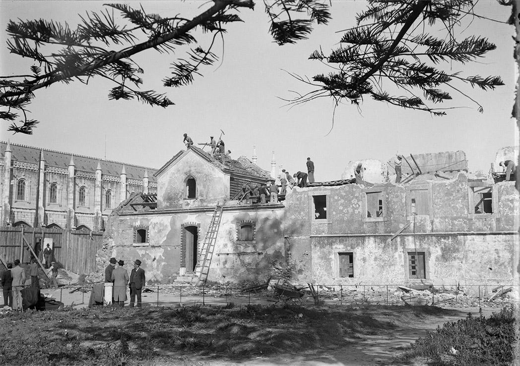 Demolição de casas em frente aos Jerónimos.