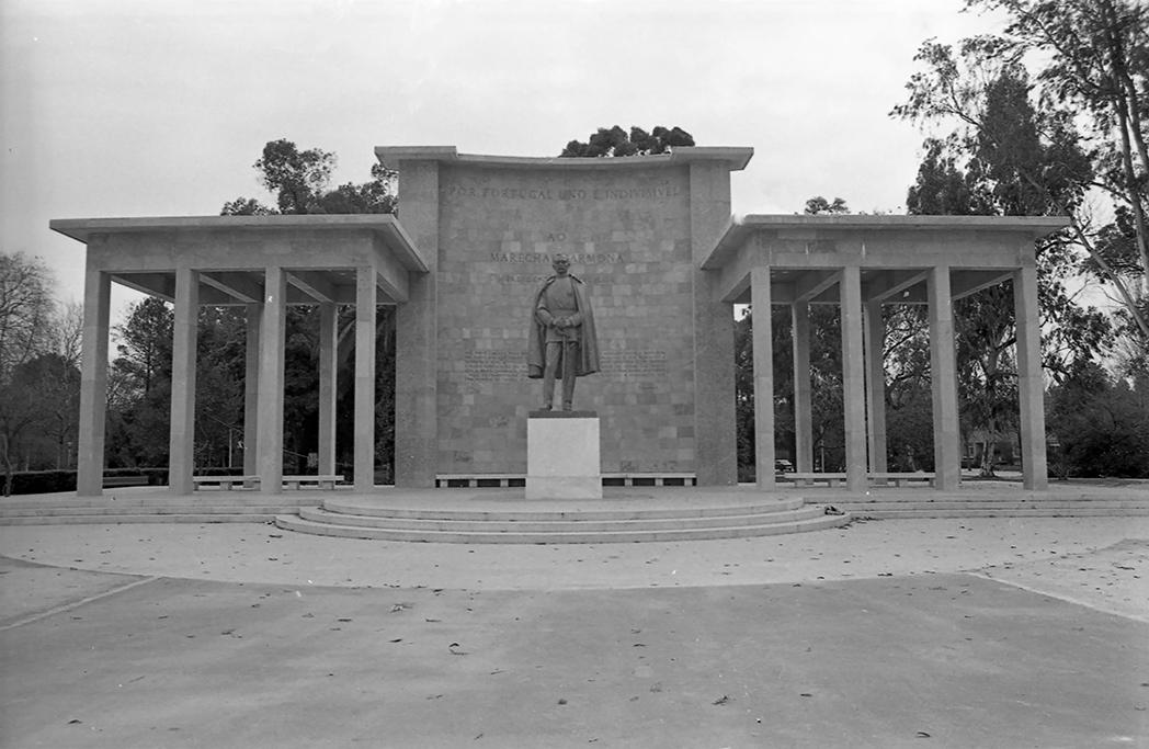 Estátua de Marechal Carmona na sua colocação original.