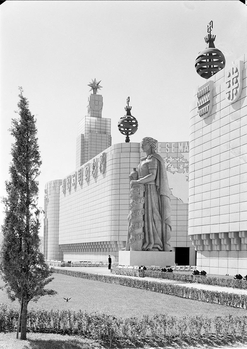 Estátua da Soberania em frente ao pavilhão dos Portugueses no Mundo.