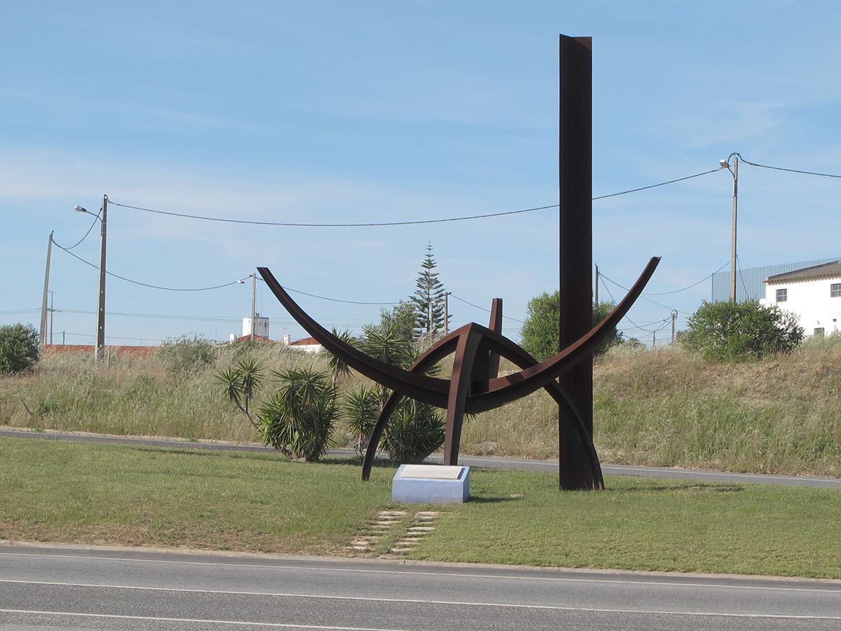 Escultura de Jorge Vieira na portagem da ponte Vasco da Gama.